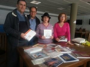 """""""Talia"""" colabora con Celín entregando un lote de libros a la Asociación de Vecinos"""