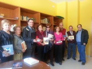 """La Asociación de Mayores Santa María de Ambrox también recibió un lote de libros publicados por """"Talia"""""""