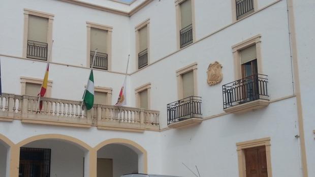 Las banderas ya ondean a media asta en el ayuntamiento