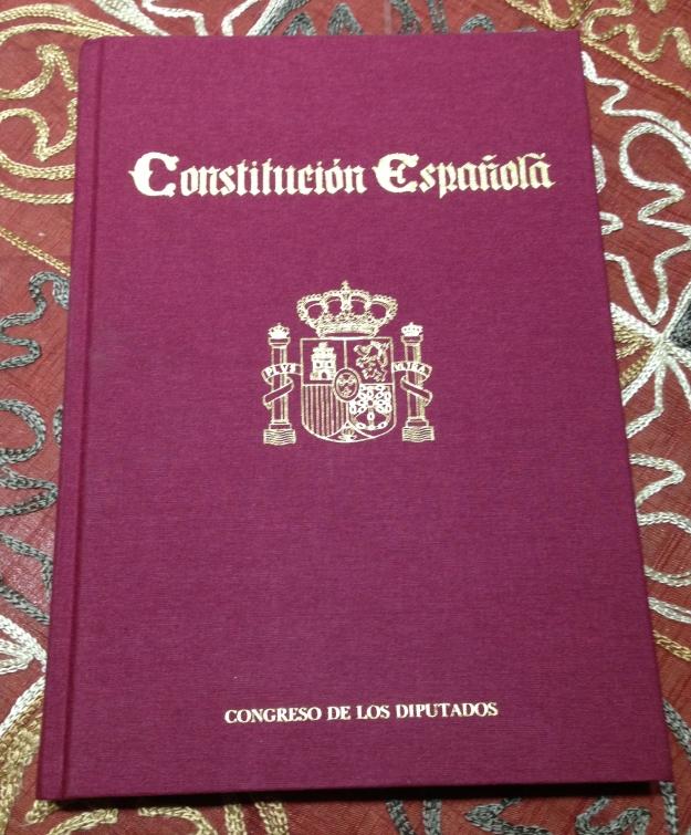 """Ejemplar de la Constitución entregada a """"Talia"""" por el presidente del Congreso Felix Pons en 1988 con motivo del V Aniversario de la asociación (1983-1988) y el X del texto constitucional (1978-1988)"""