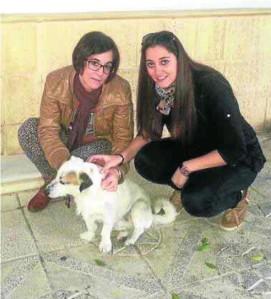 Rosi y Alicia junto a Blanquito, en Dalías