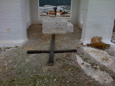 La Cruz en el suelo, junto al  templete que la cubría