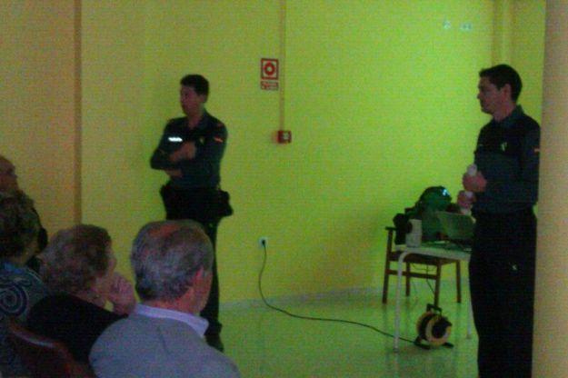 agentes de la guardia civil en el momento del a charla