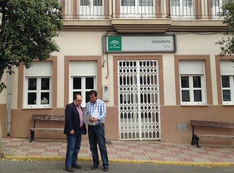 Francisco Lirola, portavoz municipal del PP de Dalías, a las puertas del centro de salud. / IDEAL