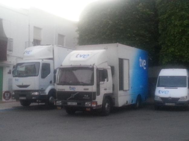 camiones de tve aparcados en la plaza del ayuntamiento