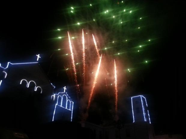 Castillo de fuegos artificiales con la colaboración de las peñas coheteras