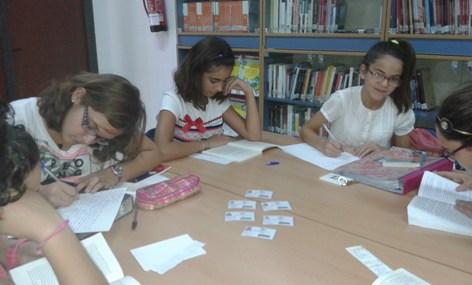 Alumnado del centro recibe los nuevos carnet.  Foto: http://daliito.blogcindario.com/