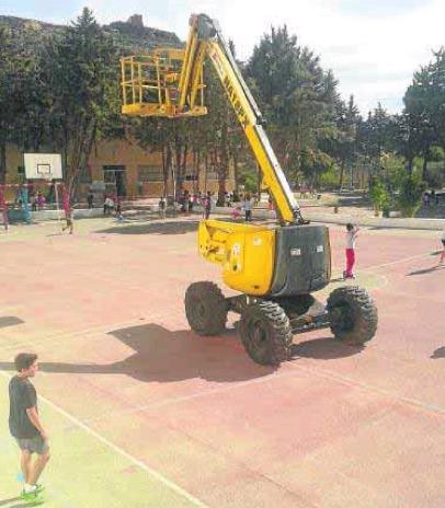 La máquina ha permanecido varios días en el patio del colegio