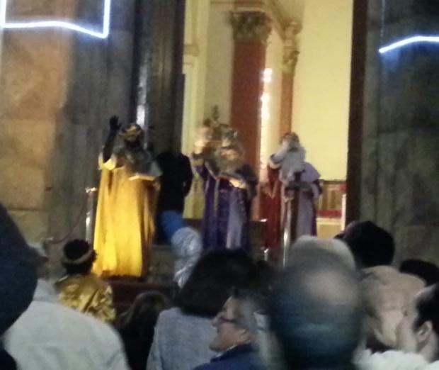 Los Reyes Magos salían a la plaza tras adorar al Niños Jesús en la iglesia de Dalías