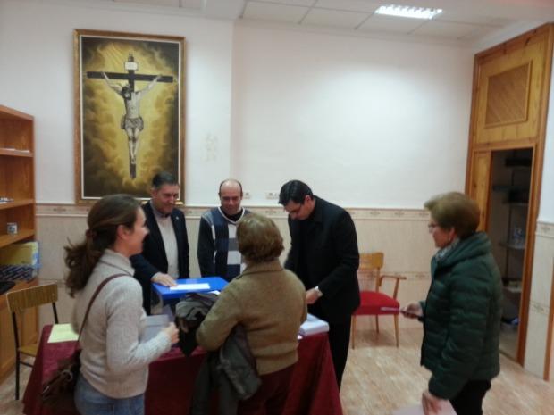 participantes ante la mesa electoral
