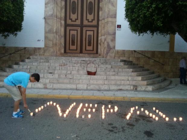 una velas encendidas nos recordaban el lugar de la tragedia