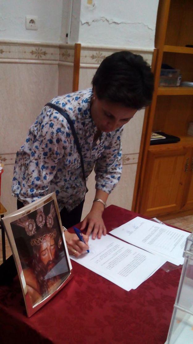 Candi Criado firma el acta que recoge el resultado electoral