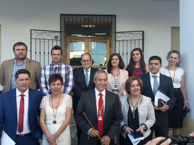 Los miembros de la corporación a la puerta del Ayuntamiento