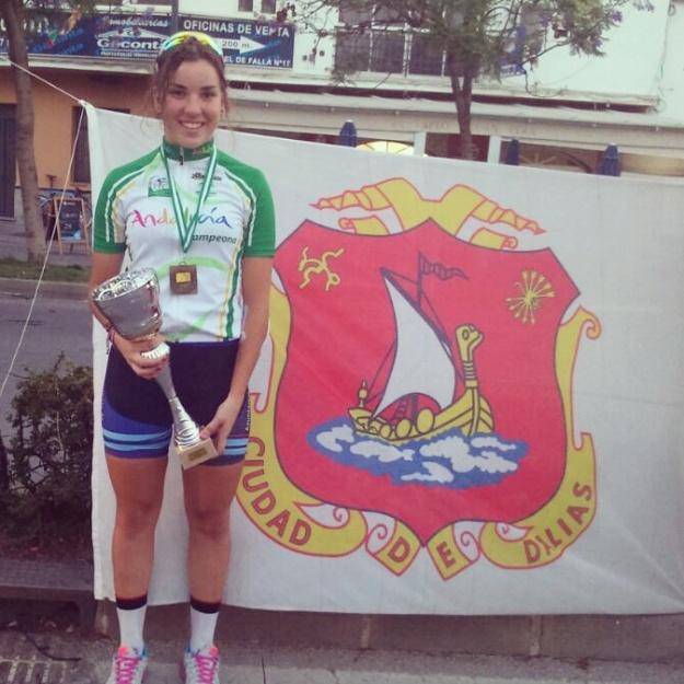 Lucia posa con la Copa de campeona junto a la bandera de Dalías que siempre le acompaña