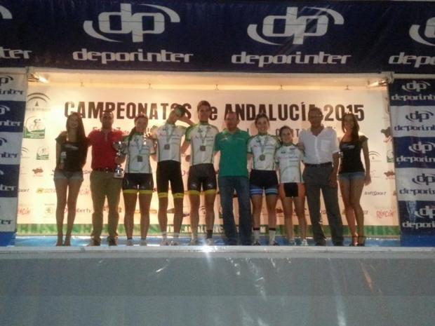 Lucia Polo con los campeones de carretera sobre el podio.