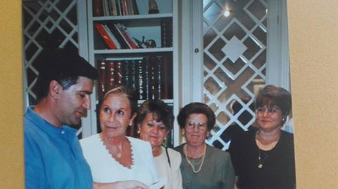 Lina Morgan recibía en 1997 a un grupo de la Hermandad del Padre Rubio en el teatro de La Latina